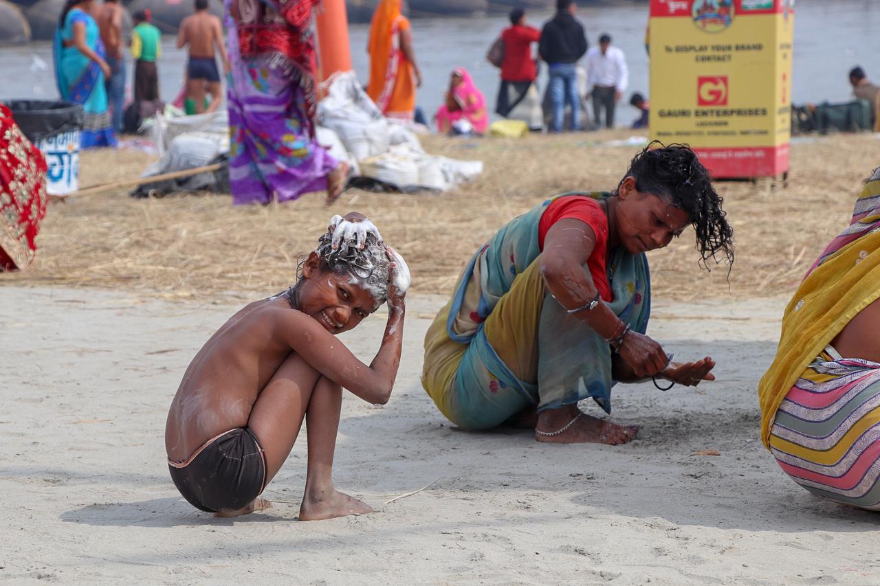 インドのお祭 クンブメーラ 頭を洗う子供