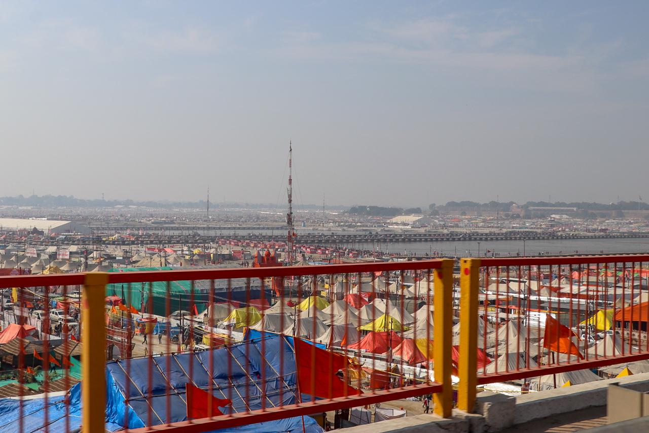 インドのお祭 クンブメーラ 橋の上から望む