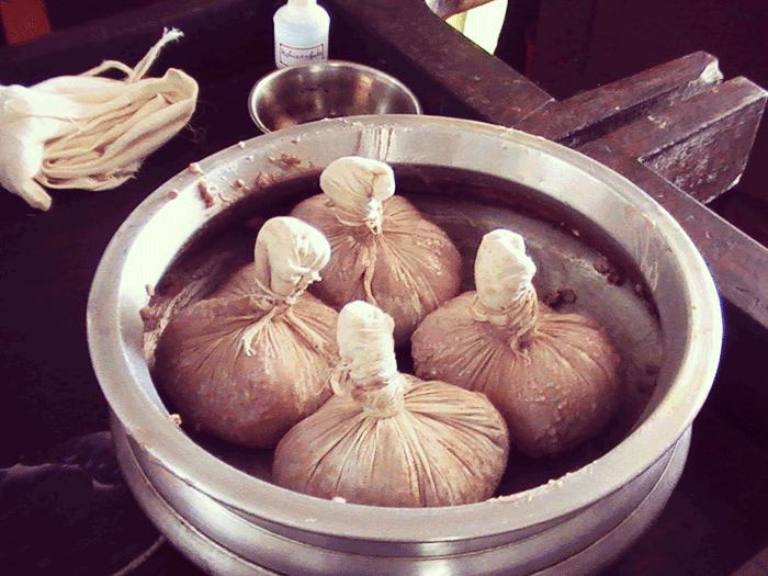 PVA Ayurvedic Hospitalで作ったナヴァラキリが鍋に入っているところ