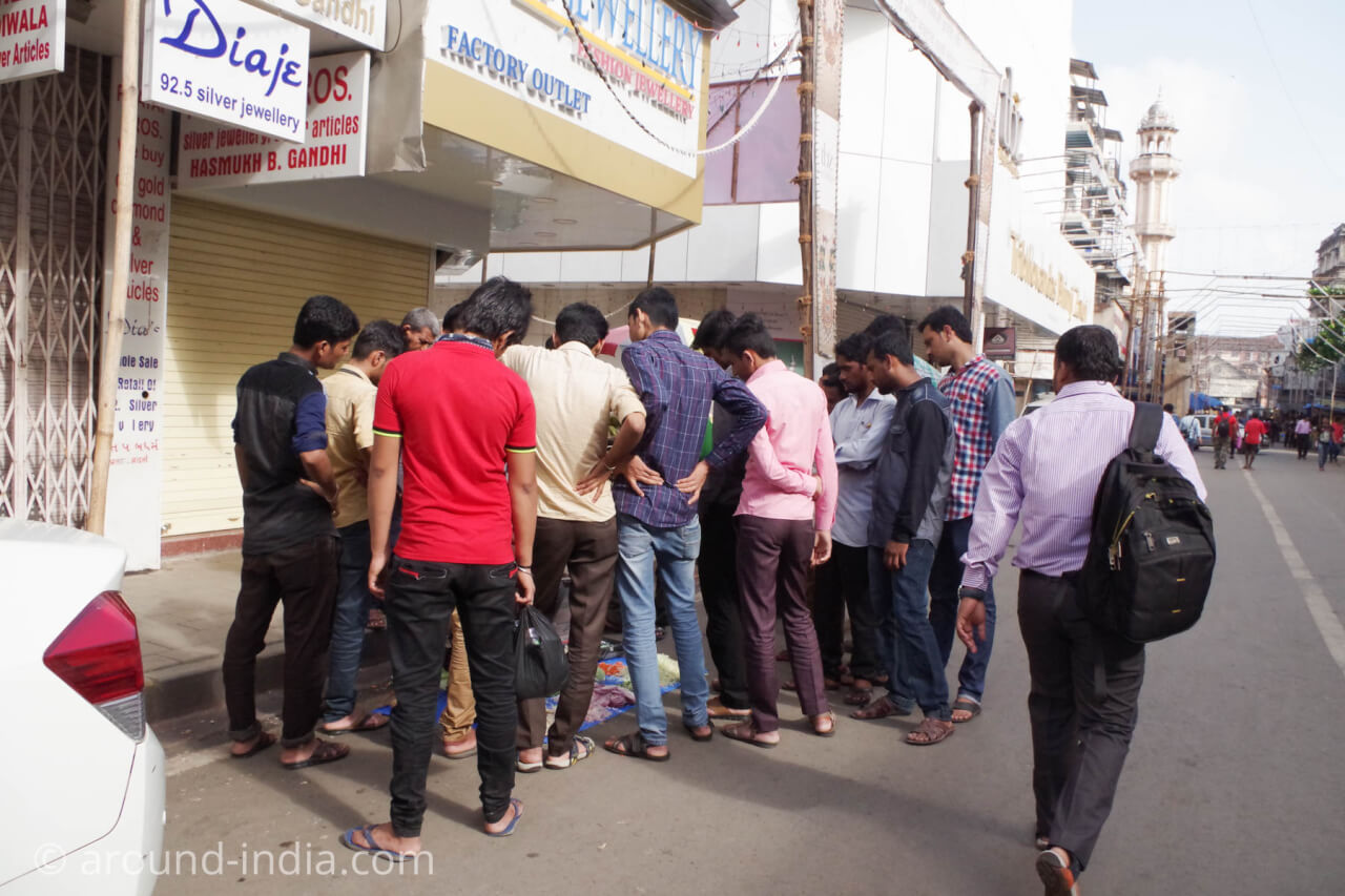 休日のムンバイで人混みを発見