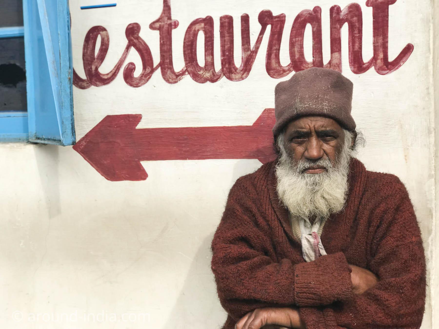 腰掛けて、レストランの看板の一部のようなるおじさん