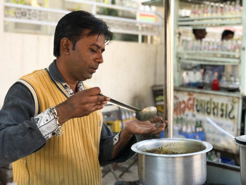 インド・グジャラート州Bhujのチャイ屋さん。トゥルシー入