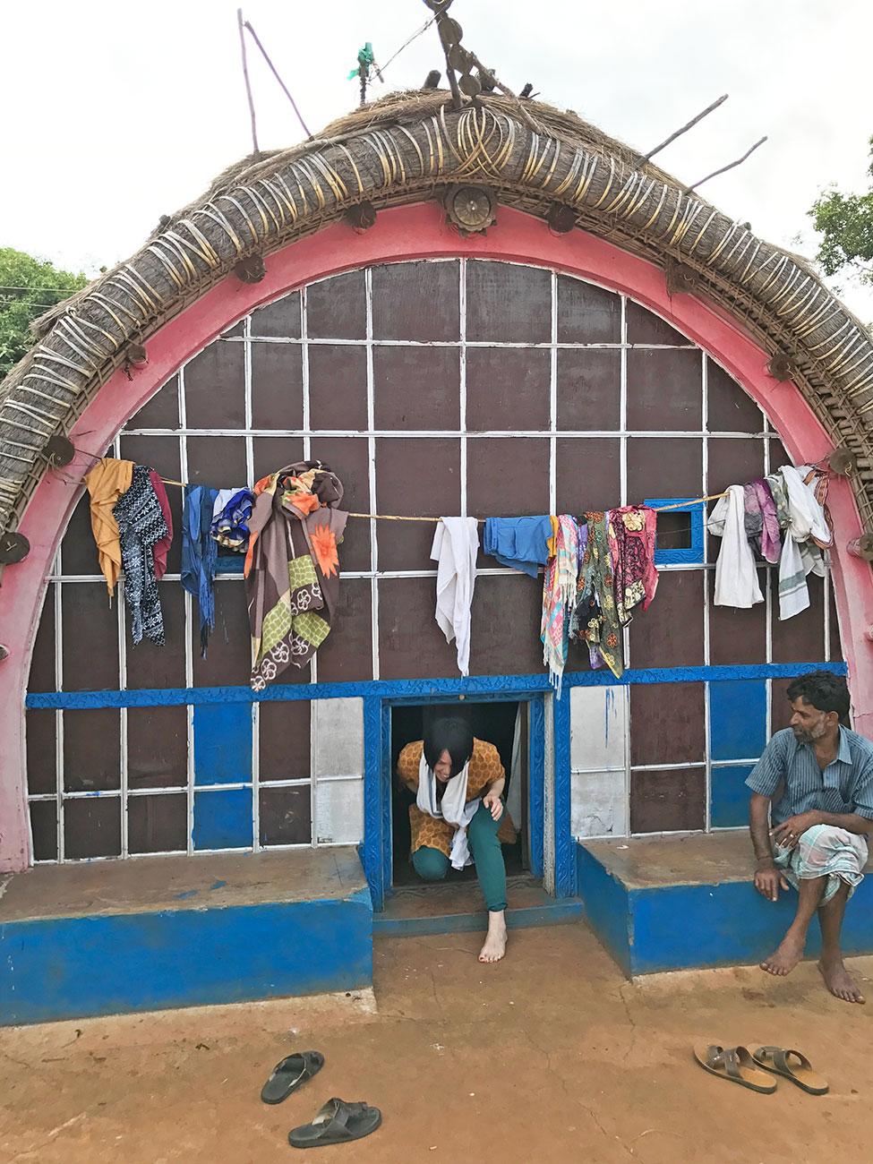 トダ族の一般家庭、入り口が狭い建築