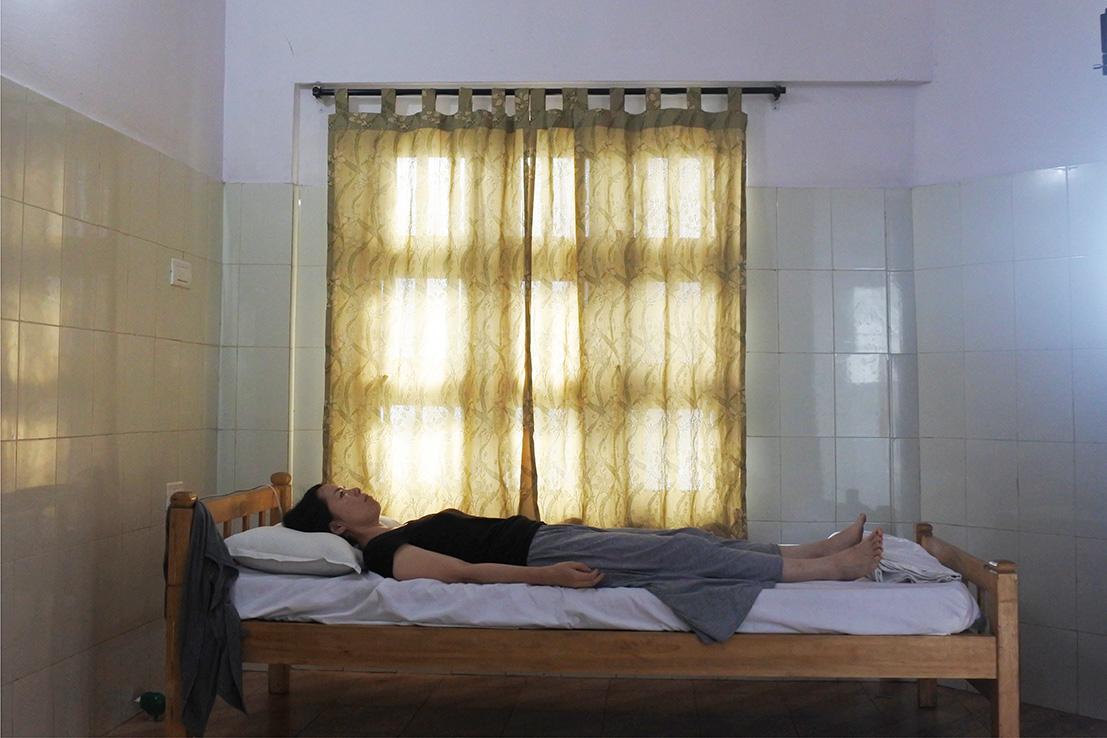 アーユルヴェーダ病院のパンチャカルマ スネハパナ中のリラックスイメージ