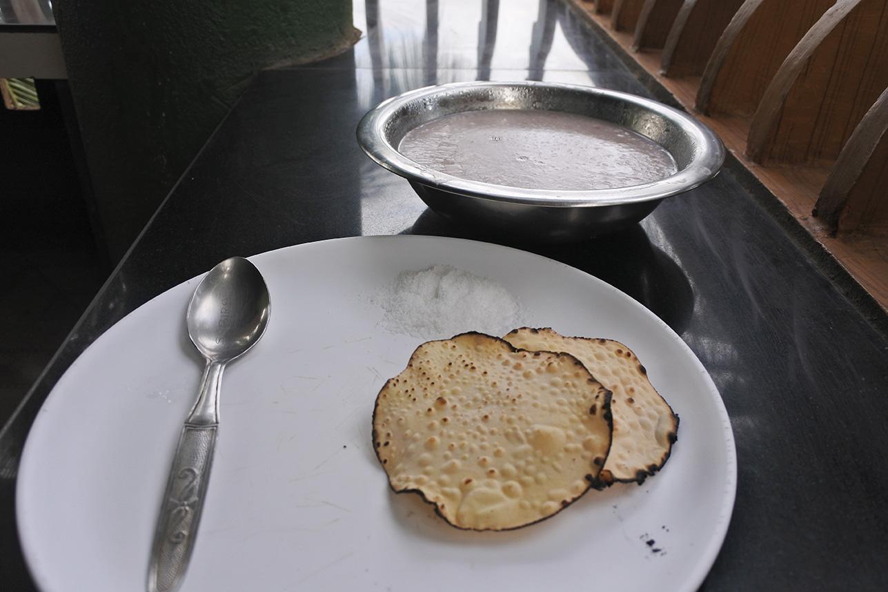 アーユルヴェーダ病院の食事。お粥カンニ・ライススープ