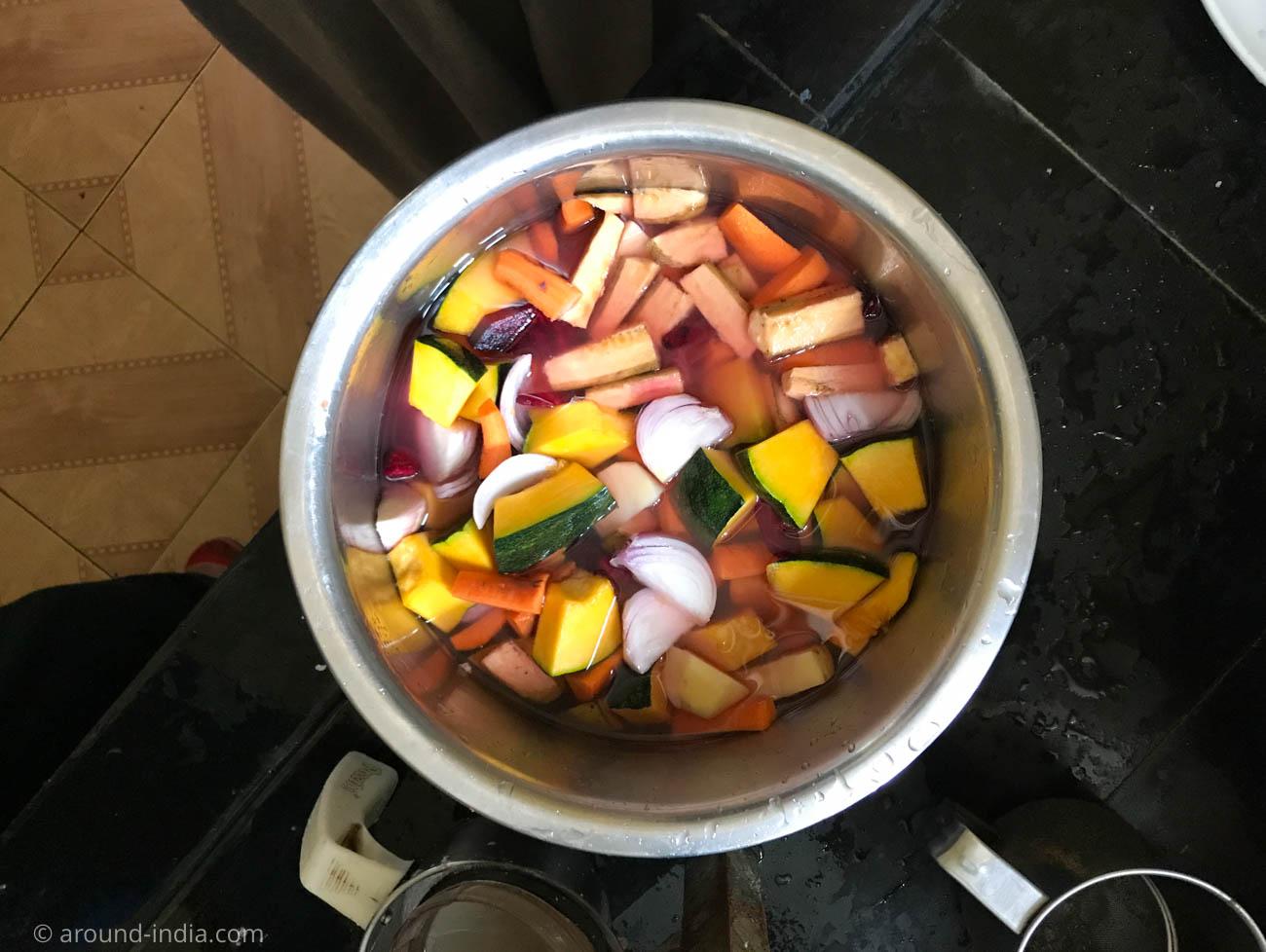 サンバル用にカットされた野菜たち。バナナ、ビーツ、人参、玉ねぎなど