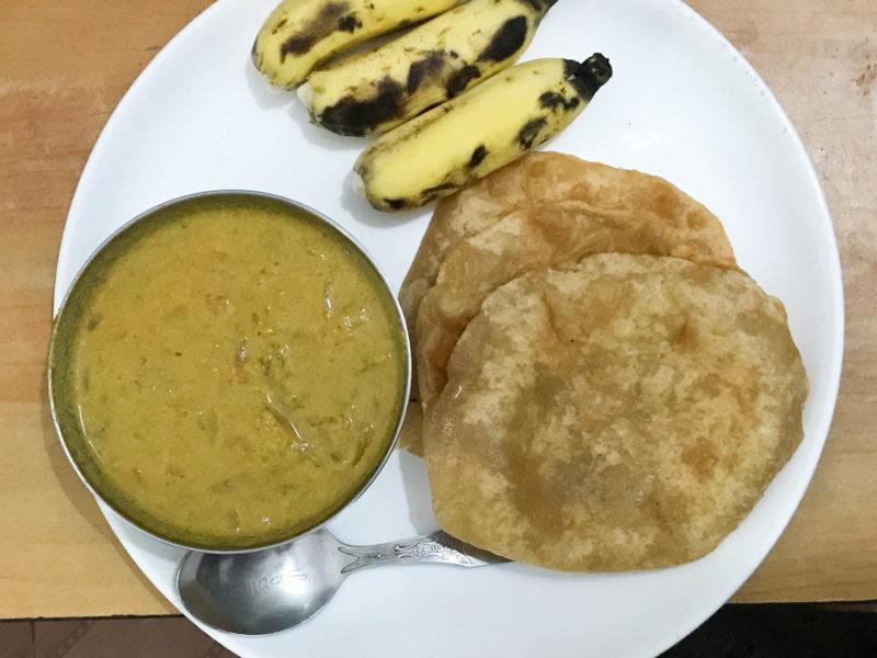 PVAアーユルヴェーダ病院の夕飯、プーリ、カレー、バナナ