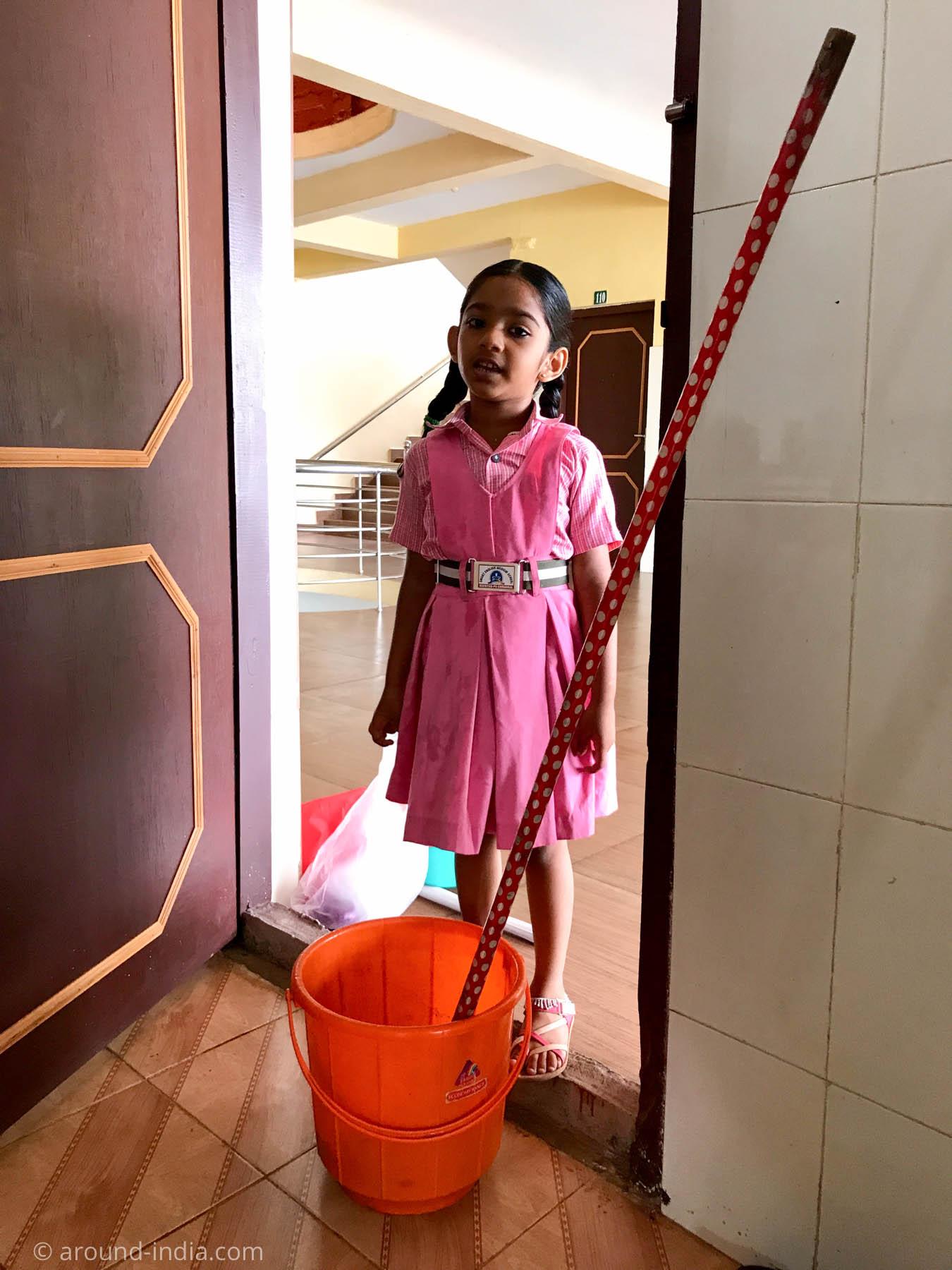スクールユニフォームを来たお掃除のおねえさんの娘さん