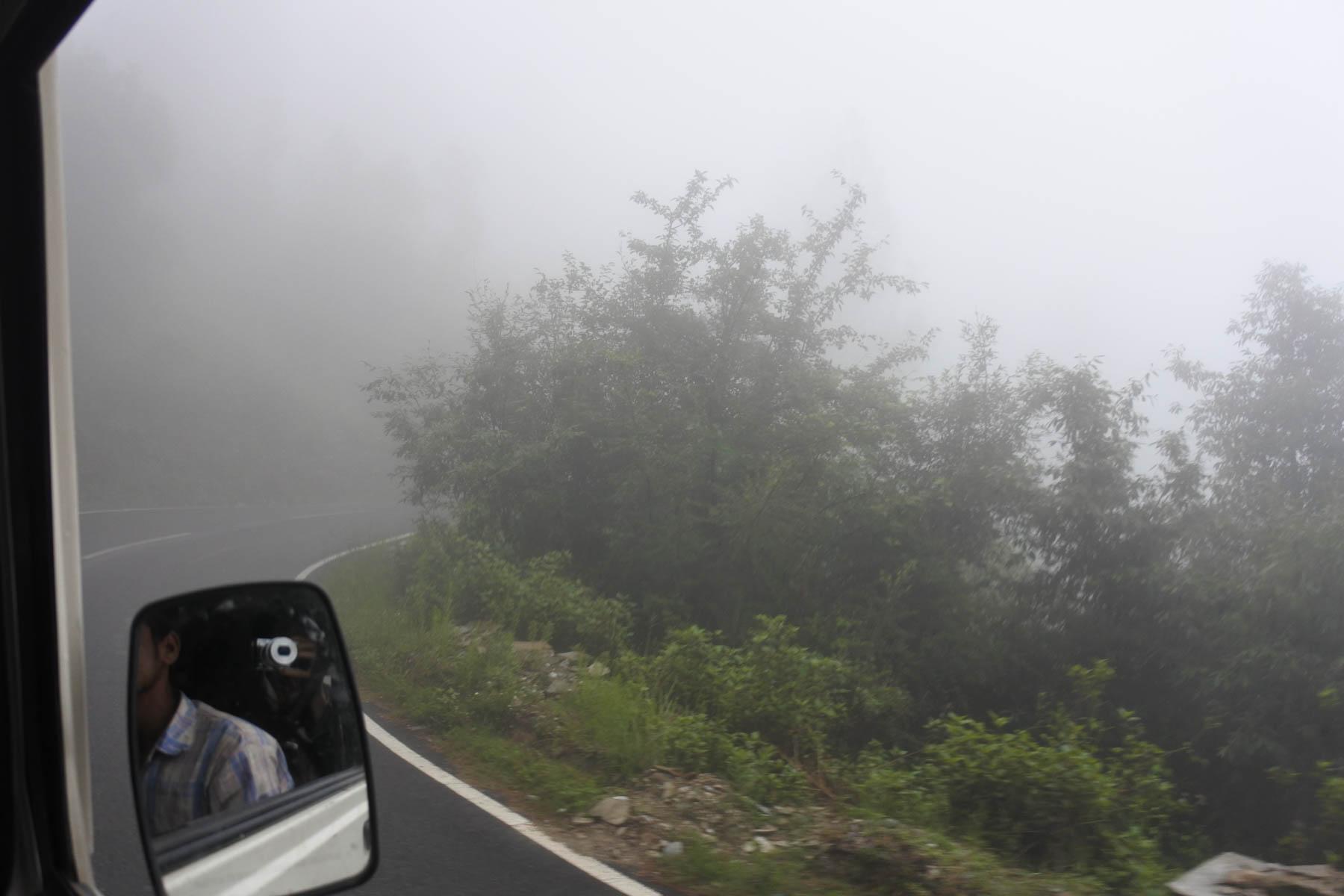 ウッタラカンド、ハルドワニからアルモラへの道、濃い霧