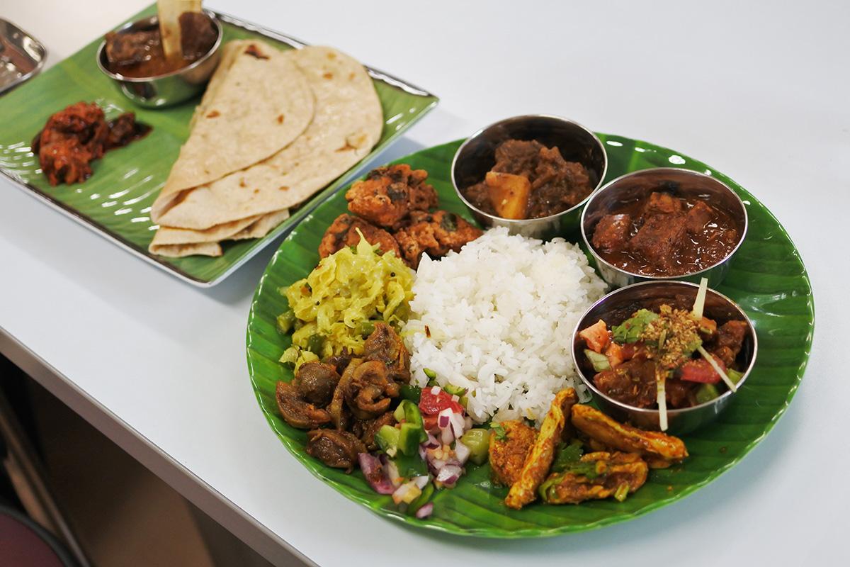 印度料理研究会 アジアハンターさんのバナナプレートに盛り付けたところ