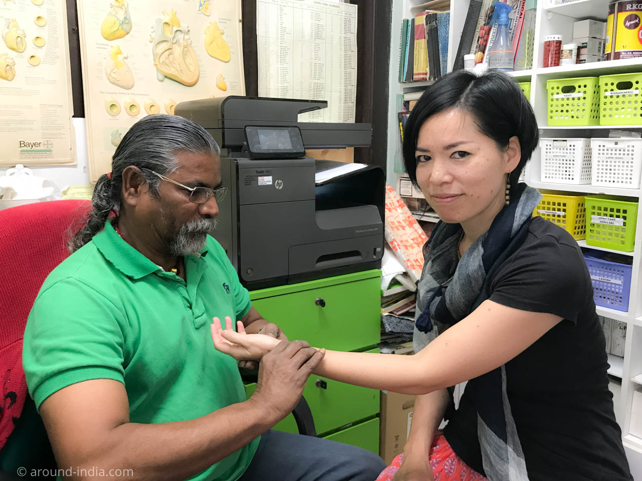 南インドの伝統医学シッダの脈診を受けるAROUND INDIA田村ゆみ