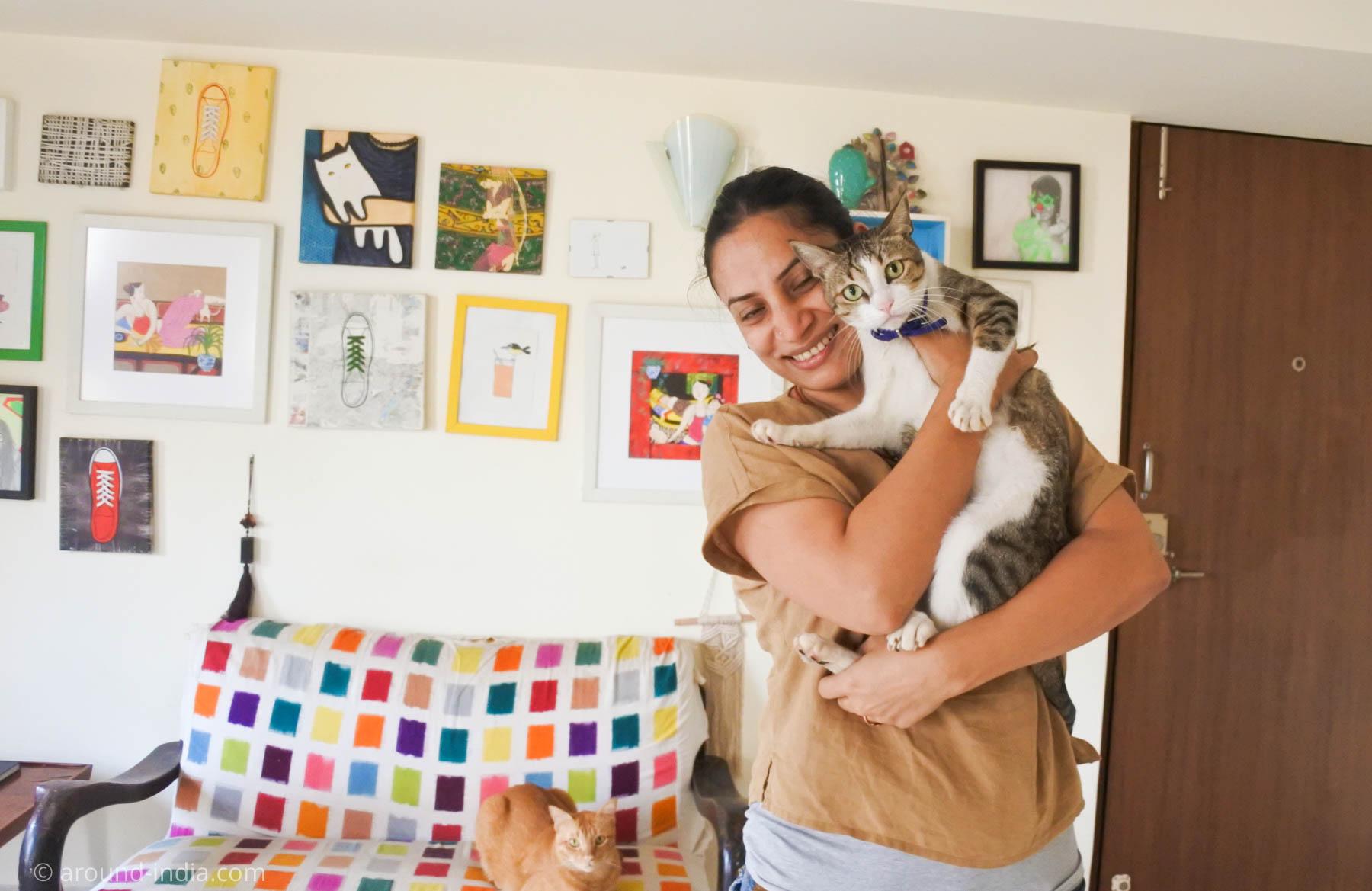 The Sole Sistersのアトリエにて猫を抱くChondammaさん