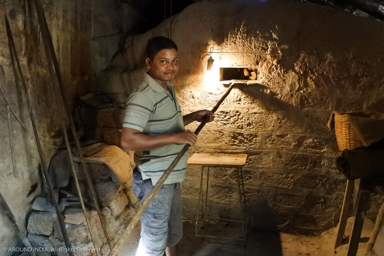 インド・ゴア州のベーカリー 火を落とした薪窯 使い方を見せてくれました