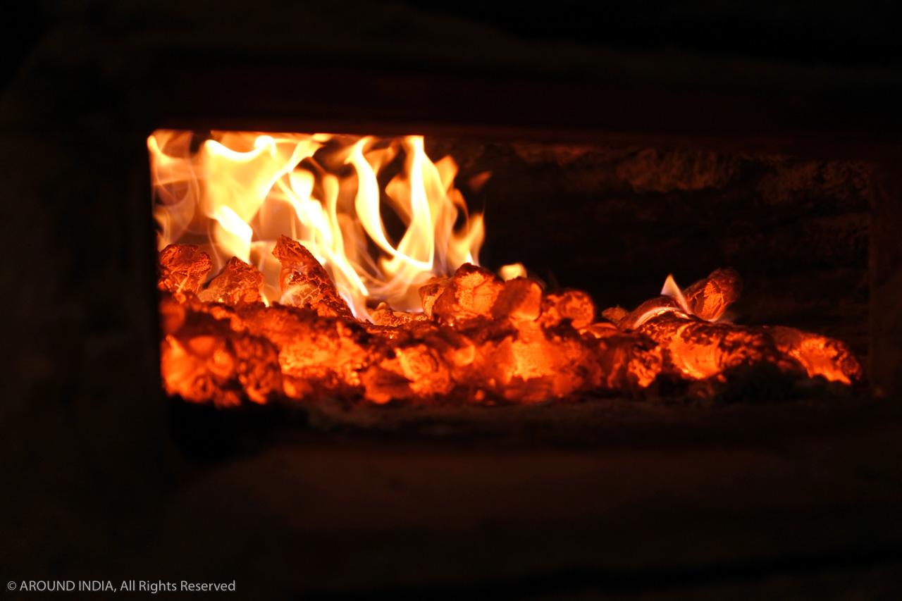 インド・ゴア州昔ながらの薪窯、燃え盛る炎