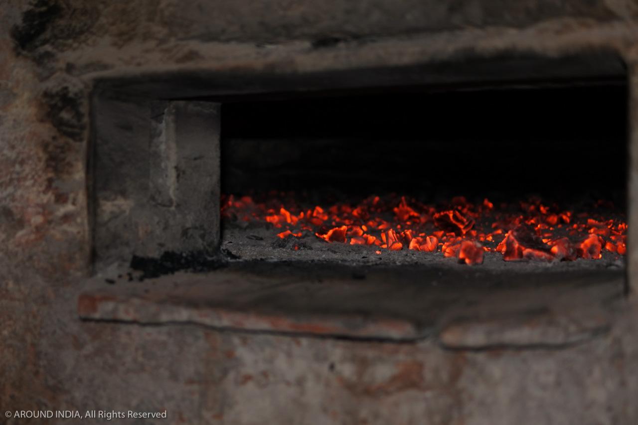 インド・ゴア州ベーカリー 落ち着いた炭火