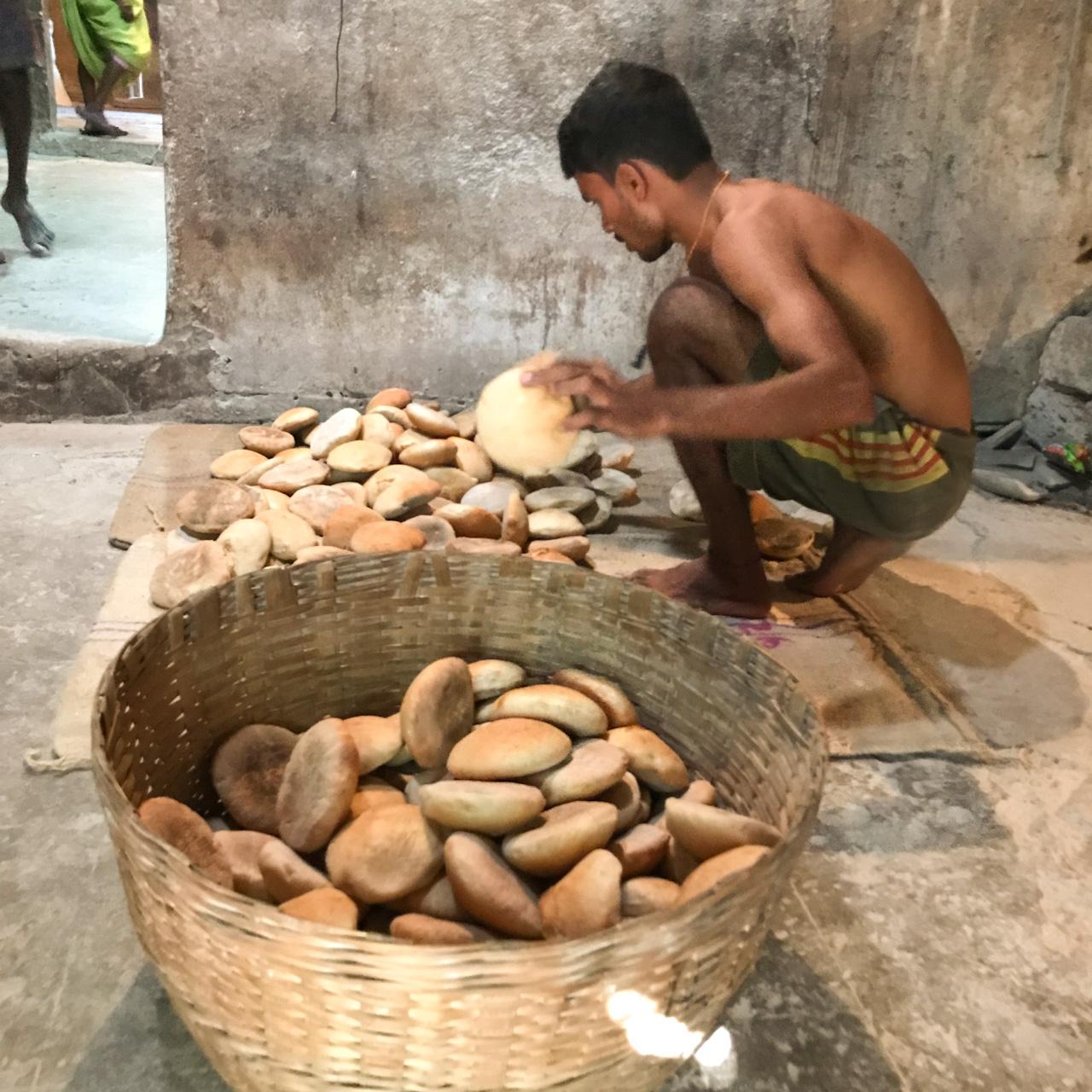 インド・ゴア州ベーカリー パンの選別