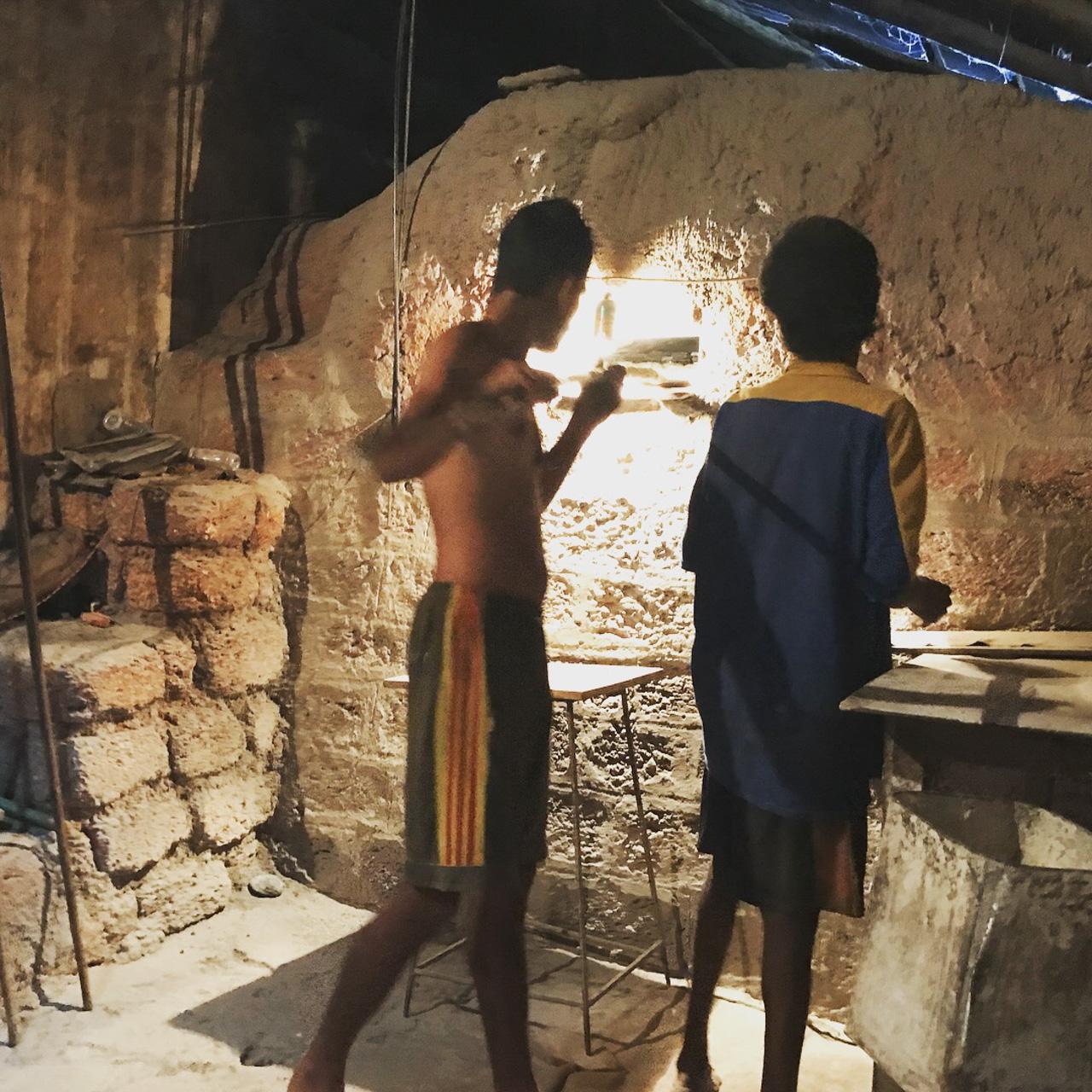インド・ゴア州ベーカリー 焼きの作業