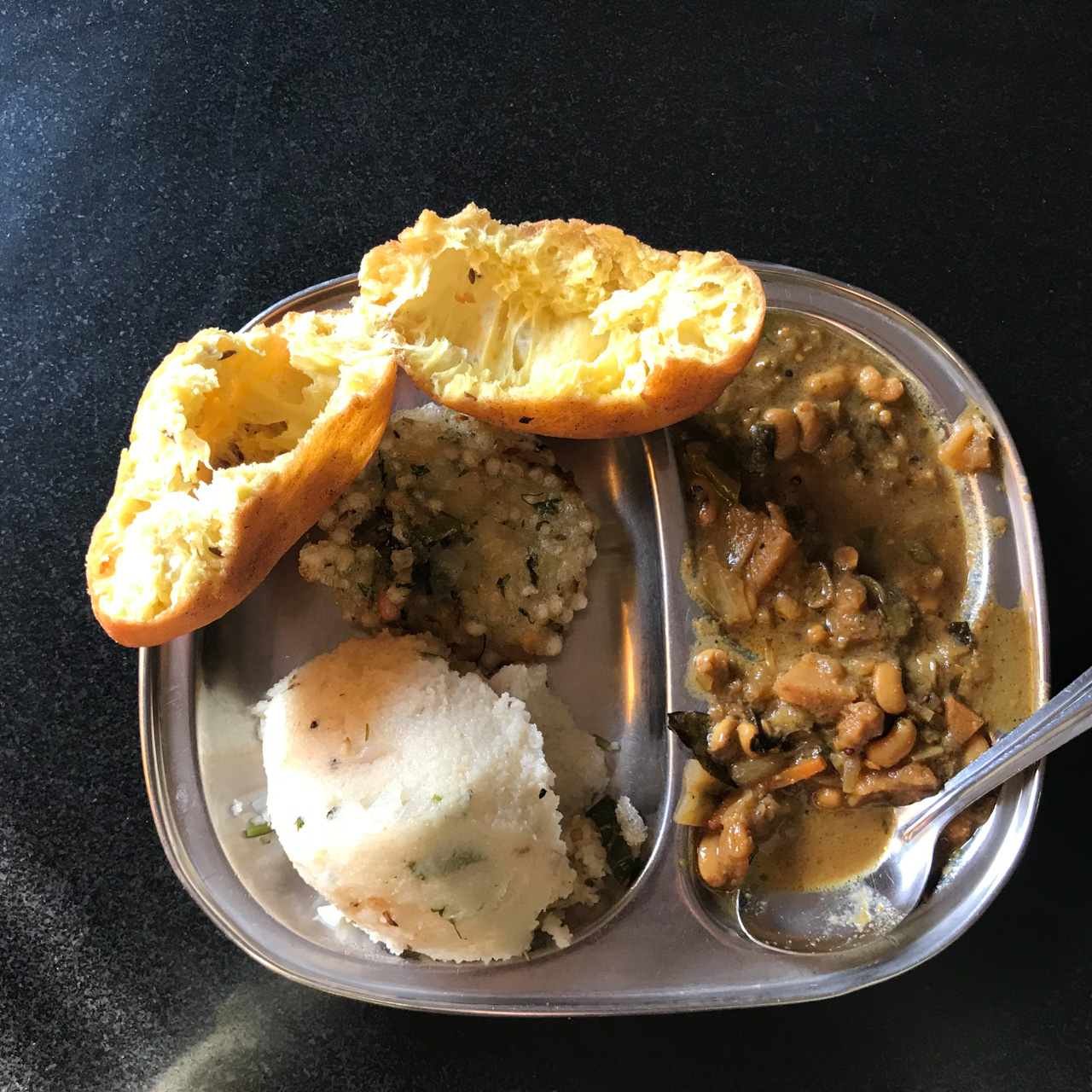 インド・ゴア州Madgao駅食堂で食べたパンの中身