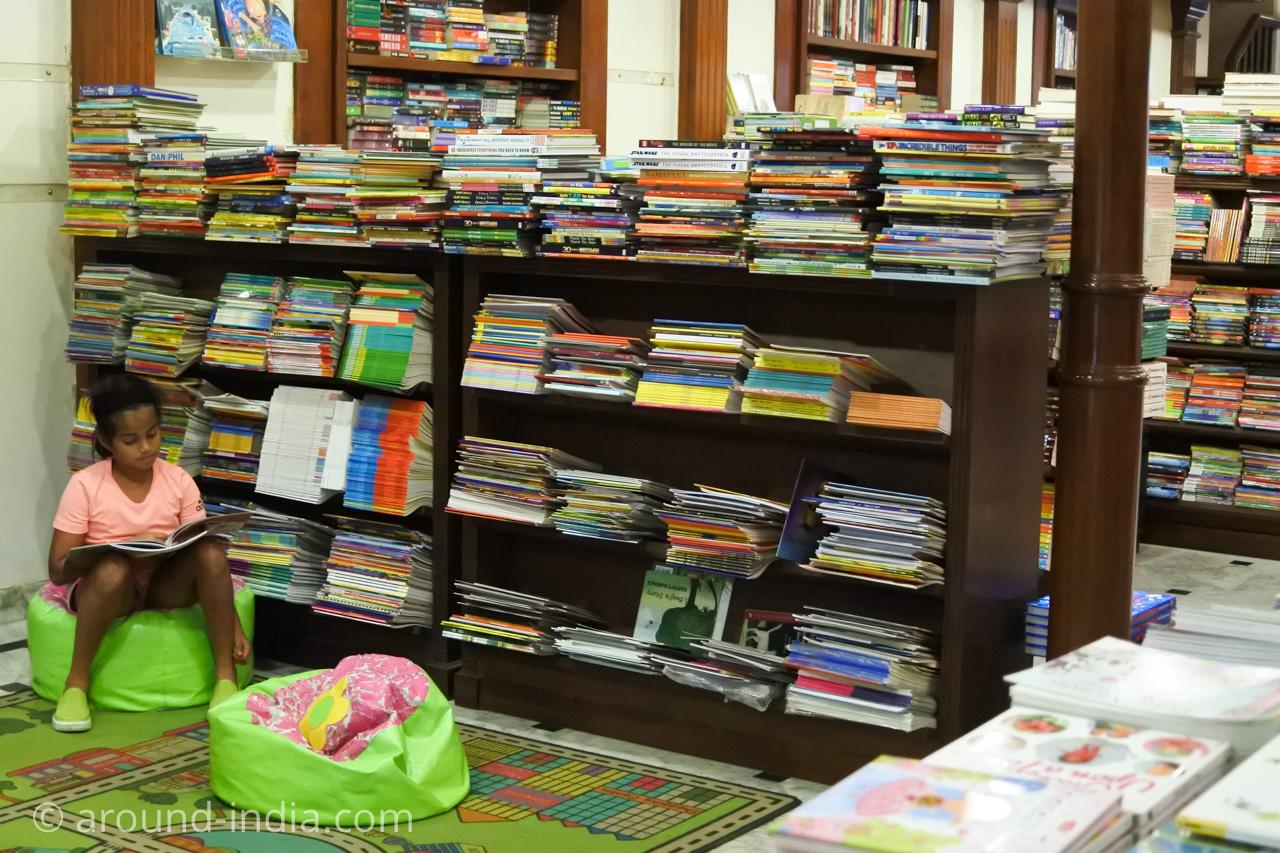 ムンバイの本屋Kitab Khana 店内 子どもコーナー