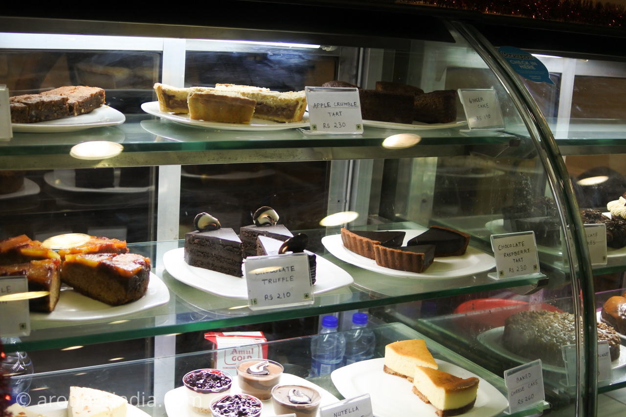 ムンバイの本屋Kitab Khana のカフェのケーキ