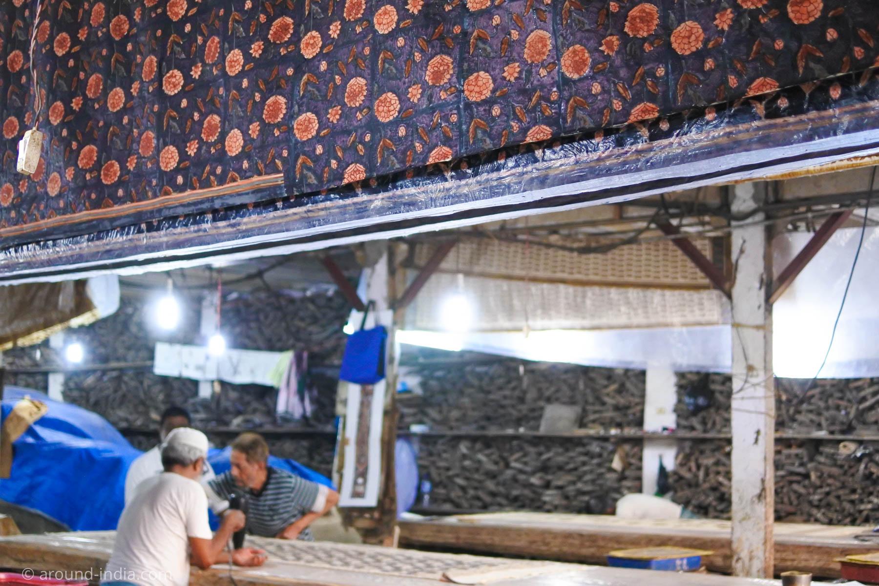 ムンバイ木版プリント工房Pracheen どちらの工房でも天井から布がぶら下がることが多いです