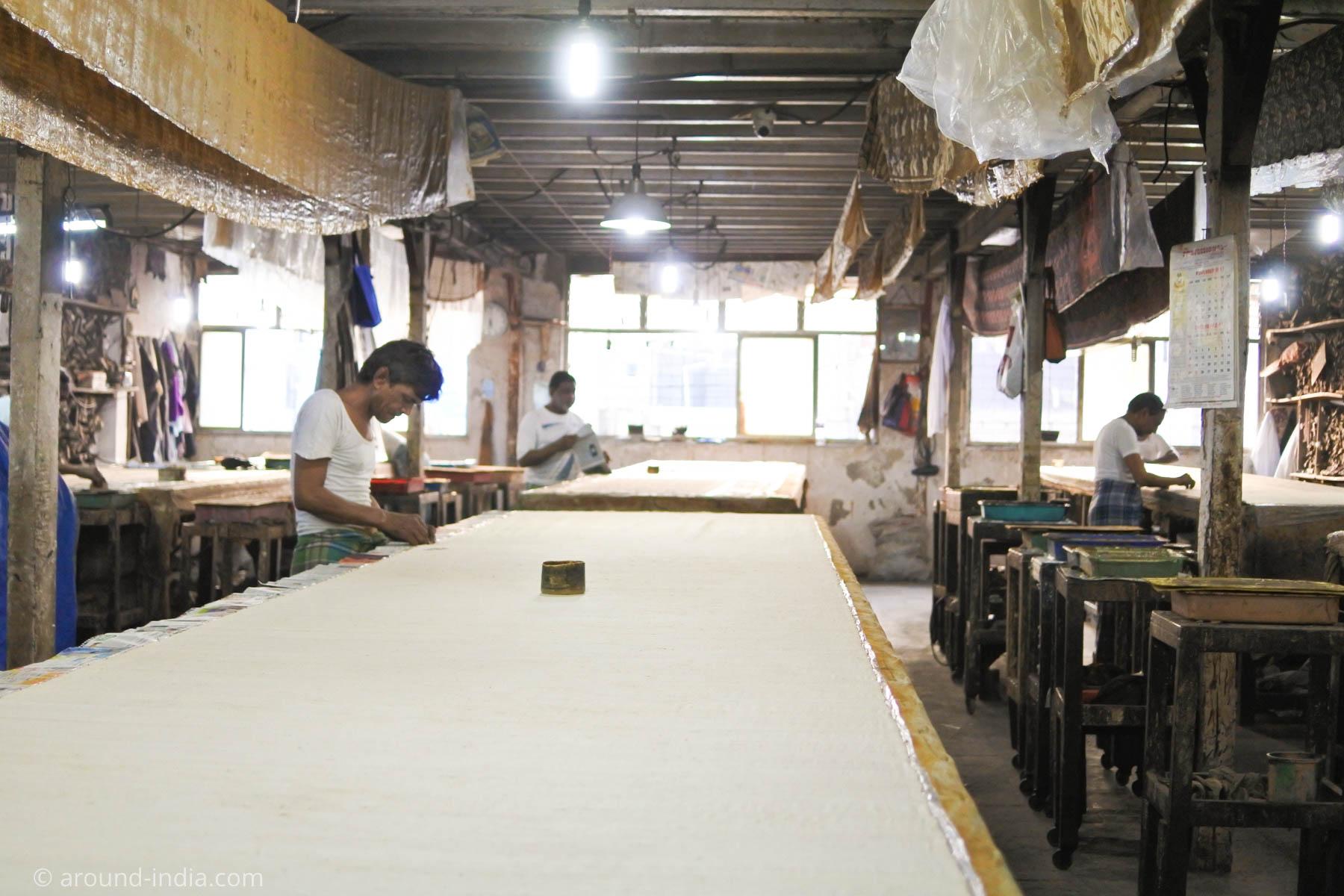 ムンバイ木版プリント工房Pracheen 布をぴんと張る工程