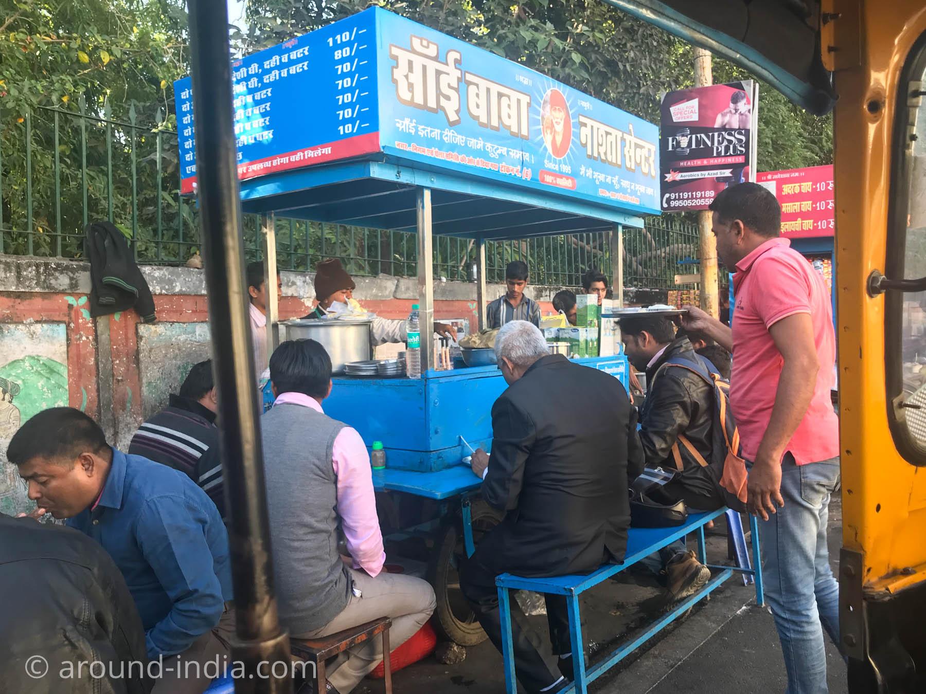 ウダイプルの朝ごはん、sai baba paratha ドライバーさんが買いに行ってくれました。