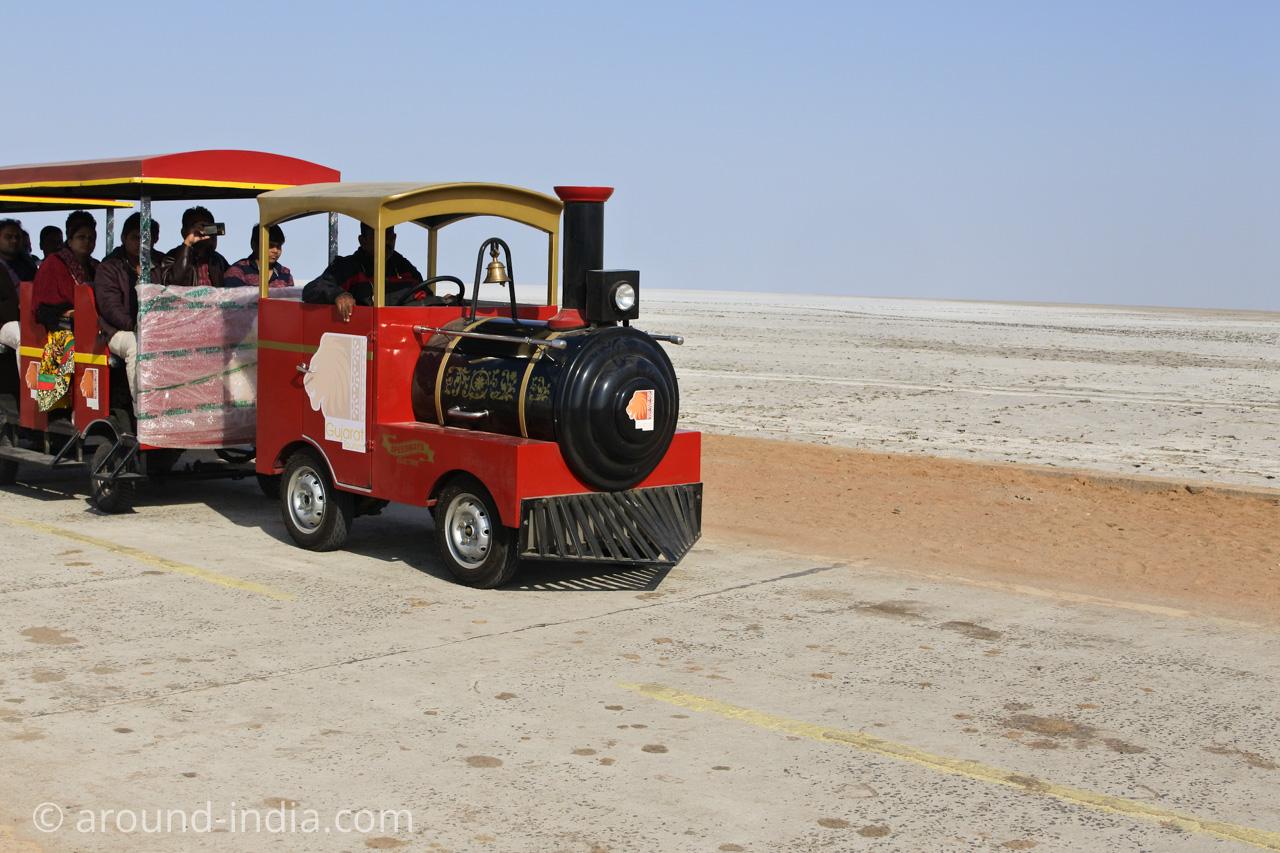 展望台への機関車バス?