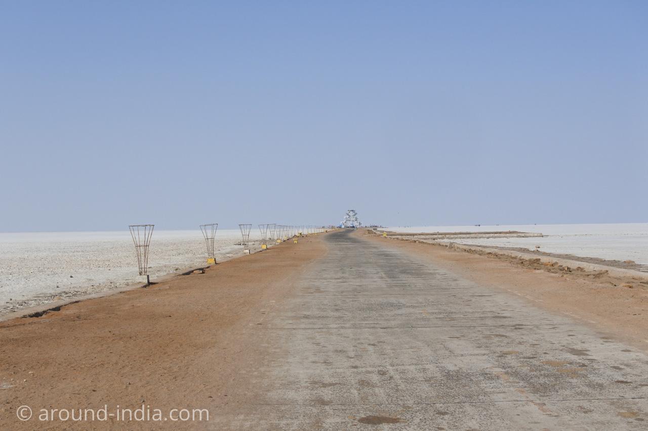 白い砂漠に一本の道