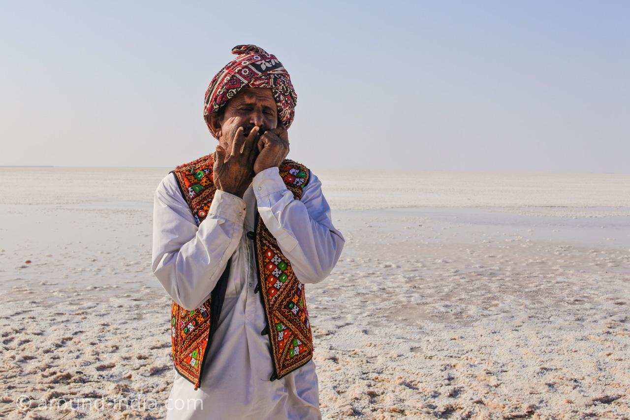 白い砂漠で音楽を演奏するターバンおじさん