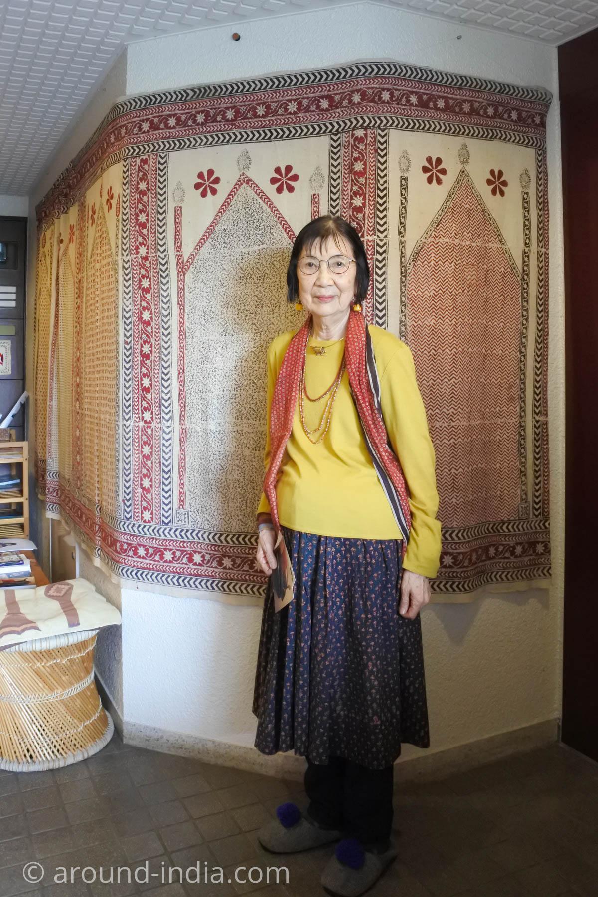 ブロックプリントのスカートやアクセサリーがすてきな岩立ミュージアム館長 岩立広子さん