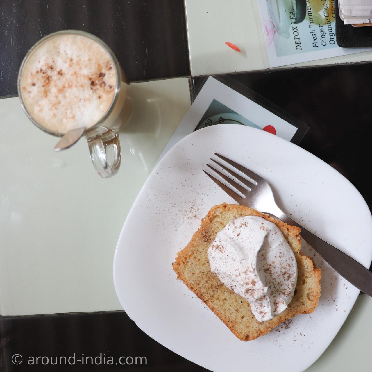 バラナシ・アッシーガートのオームカフェのカルダモンケーキとラテ