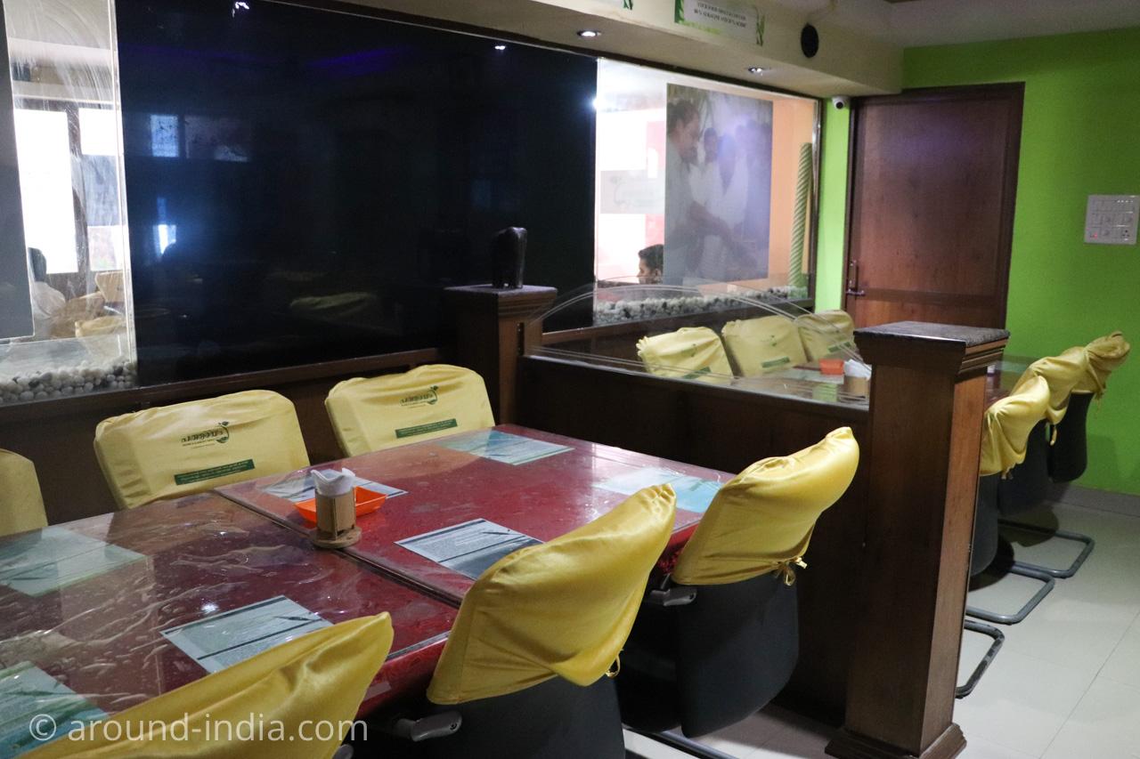 トリヴァンドラムのナチュラルフードレストランPathayamのACルーム