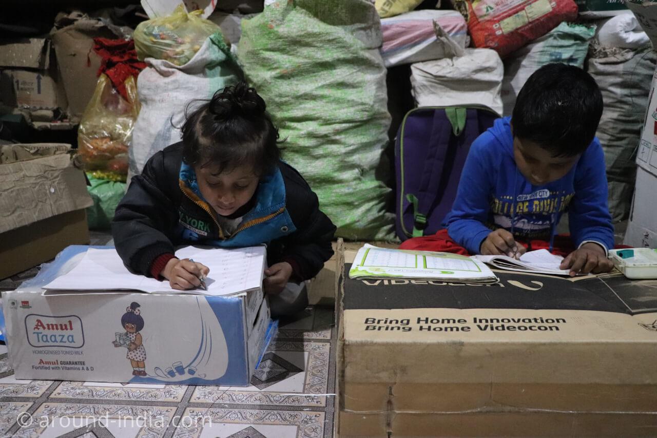 バラナシの木製玩具工房、ダンボールで勉強する子どもたち