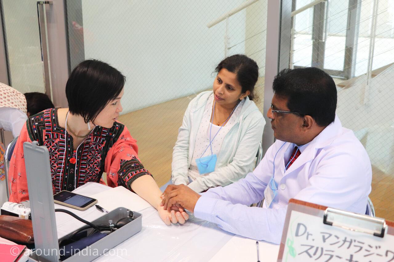 スリランカのアーユルヴェーダドクターの脈診を受けるAROUND INDIA田村ゆみ