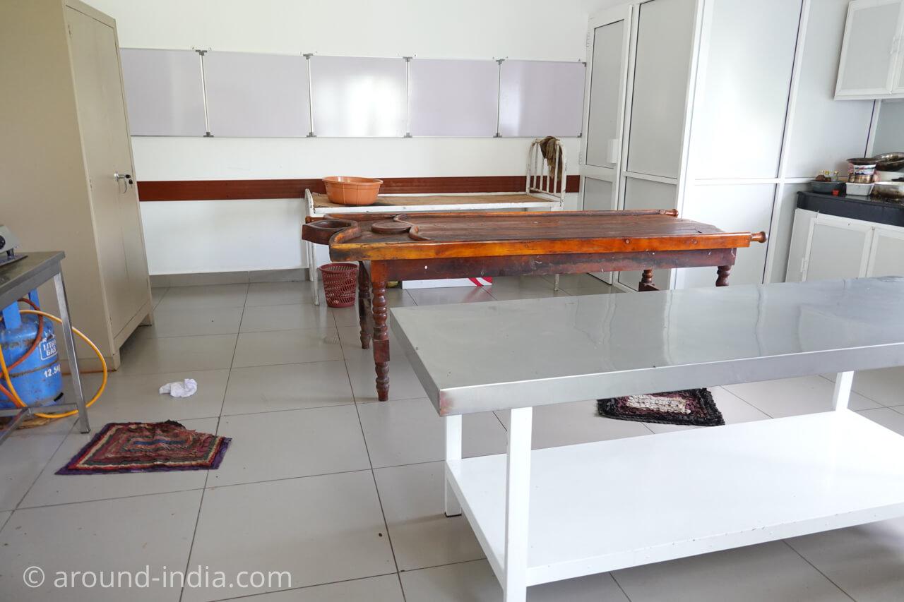 スリランカの国立アーユルヴェーダ病院のトリートメントルーム