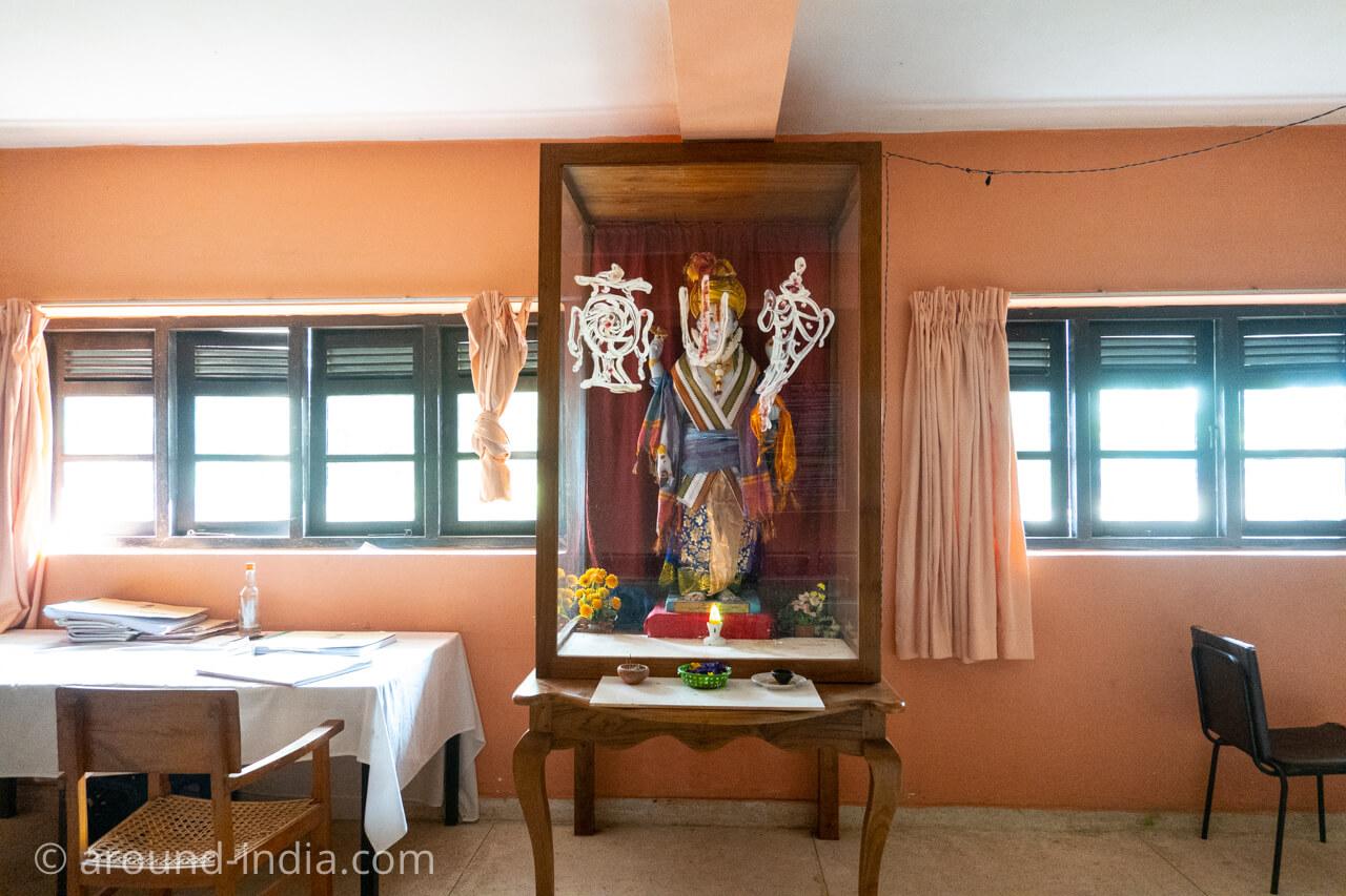 スリランカの国立アーユルヴェーダ病院のダンワンタリ神像