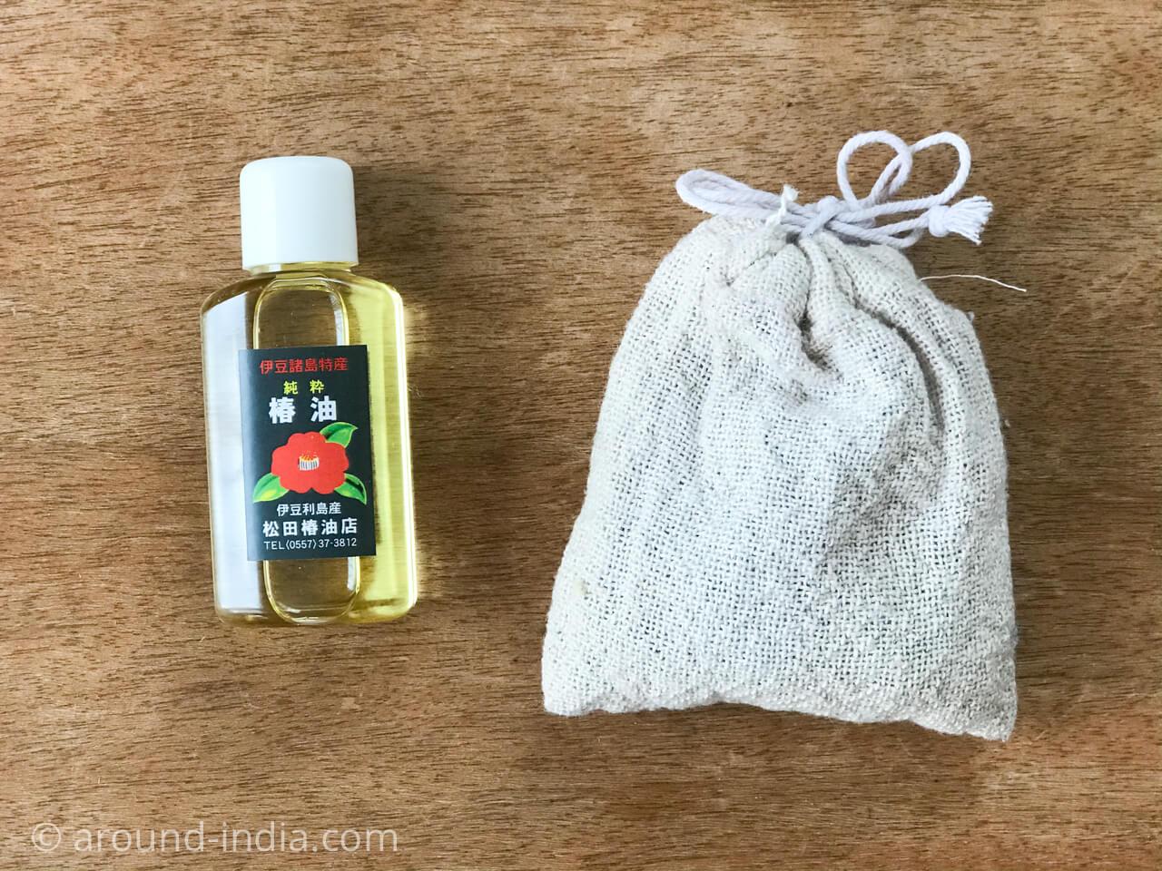 国産純椿油と、椿油カスを木綿袋に入れたところ