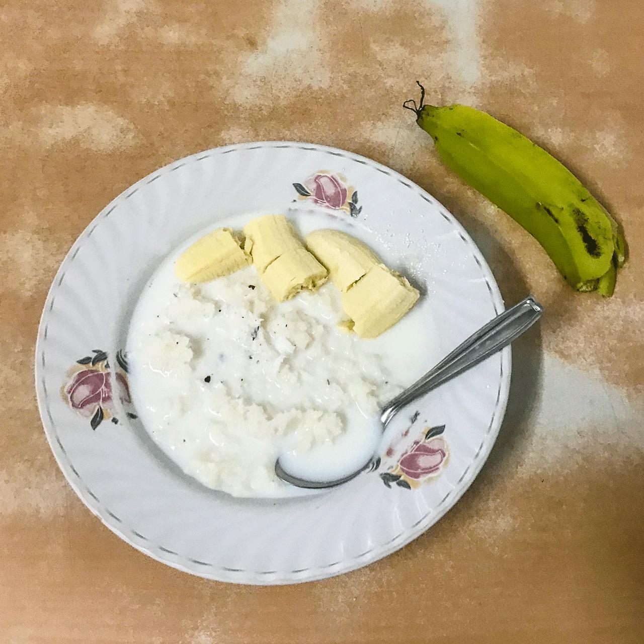 南インド・ケララの朝食 バナナと牛乳