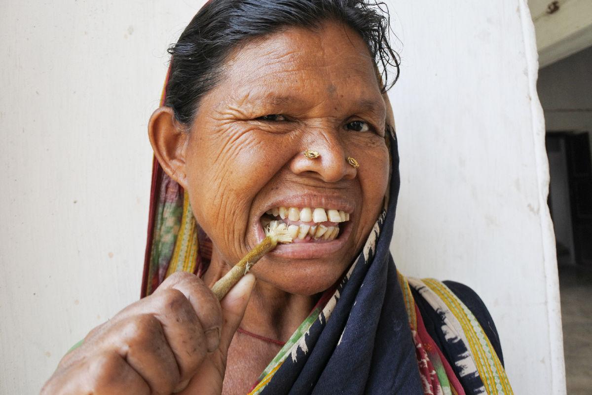オリッサのニーム歯磨き