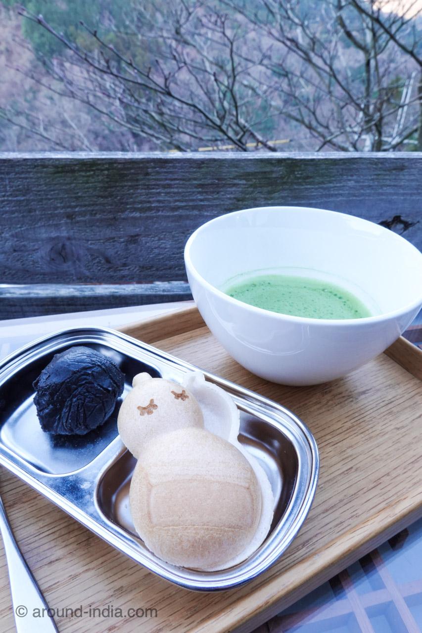 箱根の足湯カフェNARAYA CAFE 人気の抹茶とモナカのセット