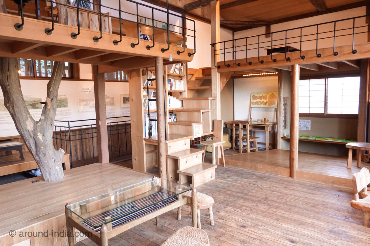 箱根の足湯カフェNARAYA CAFE ブックカフェ