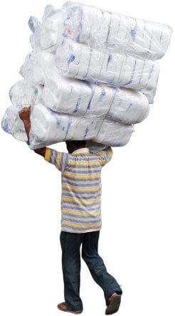 大量の荷物を運ぶインド人