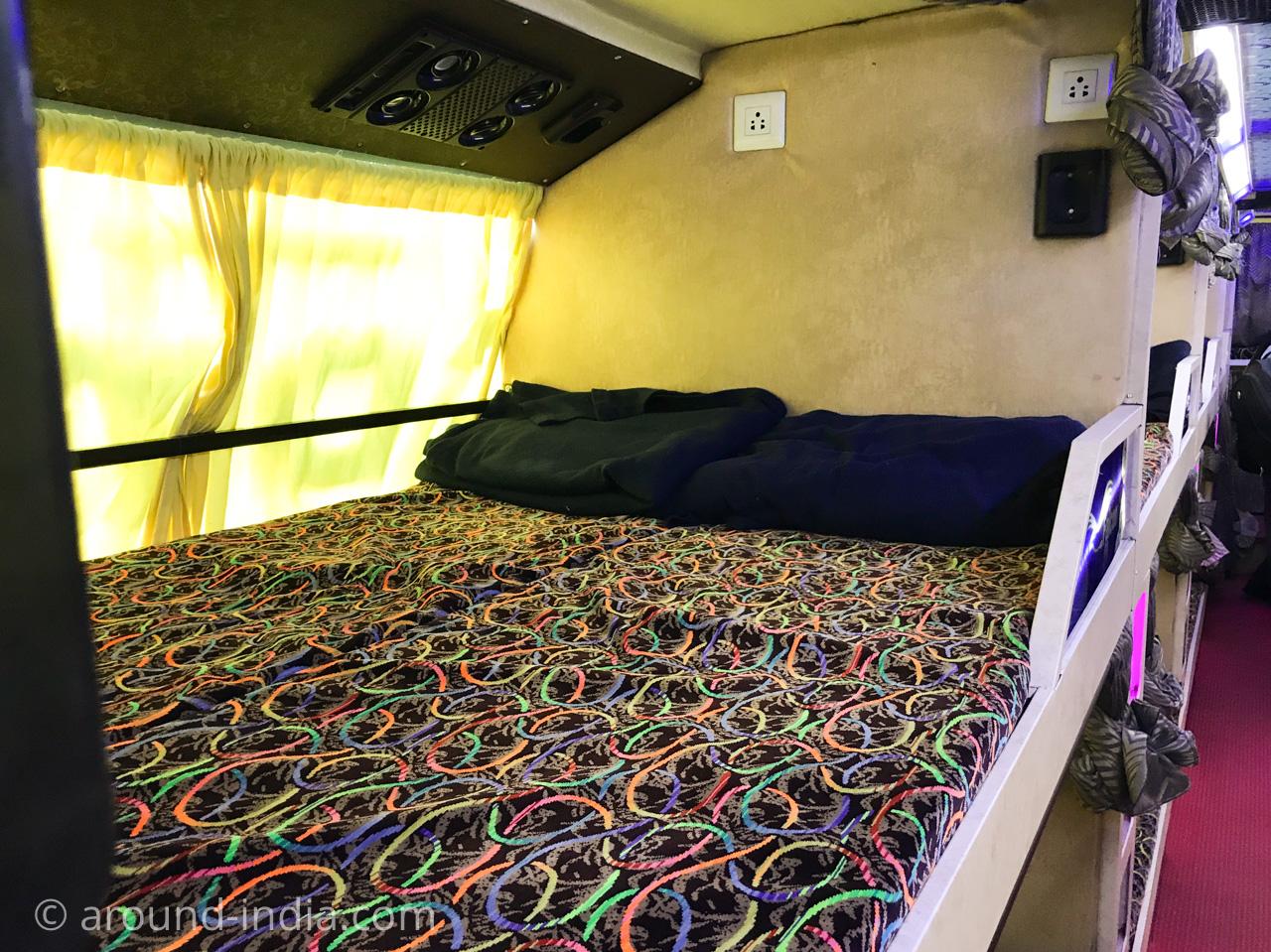 インドの長距離寝台バス 二人席