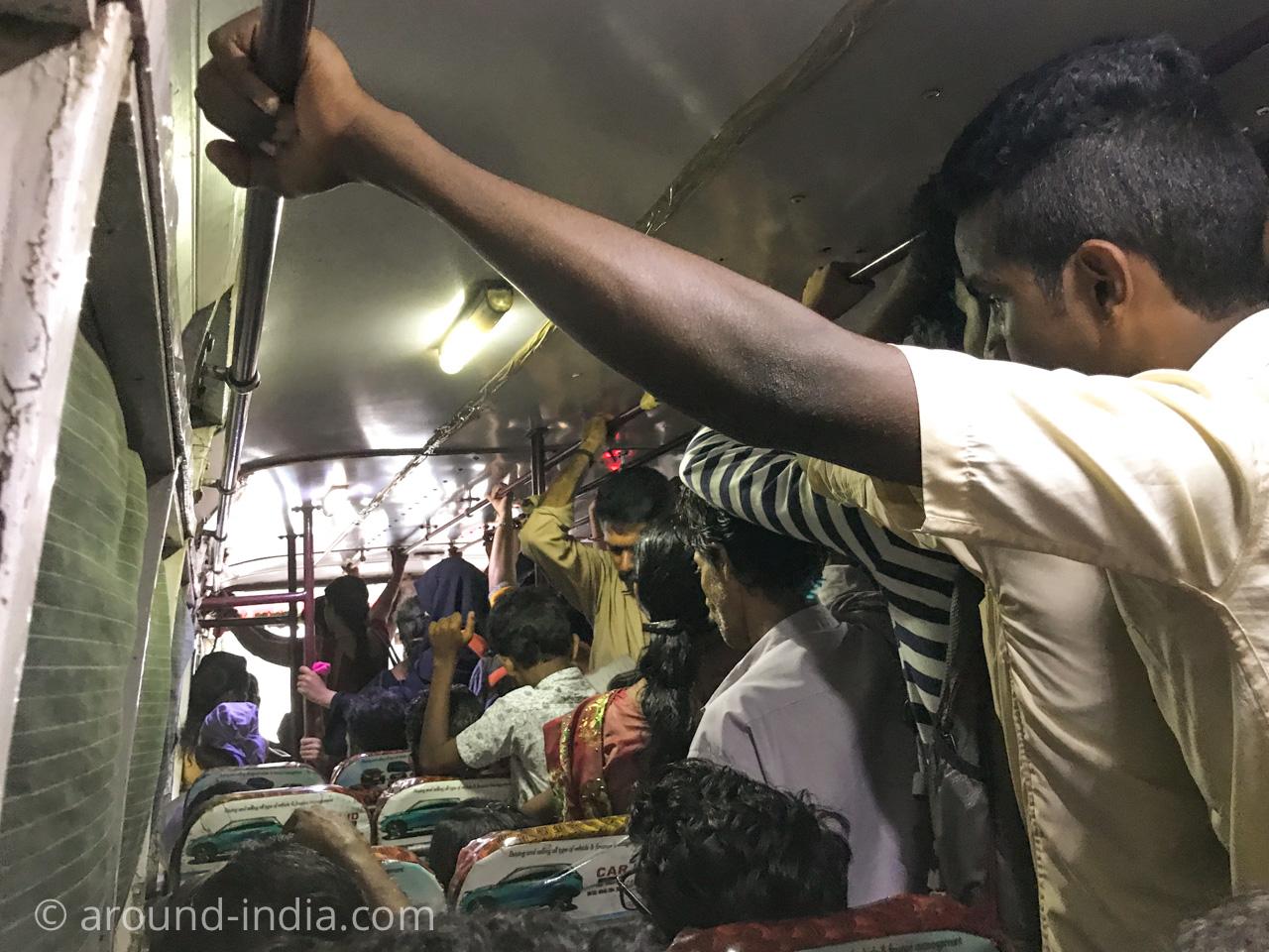 ラッシュ時のインドローカルバスは、ぎゅうぎゅう