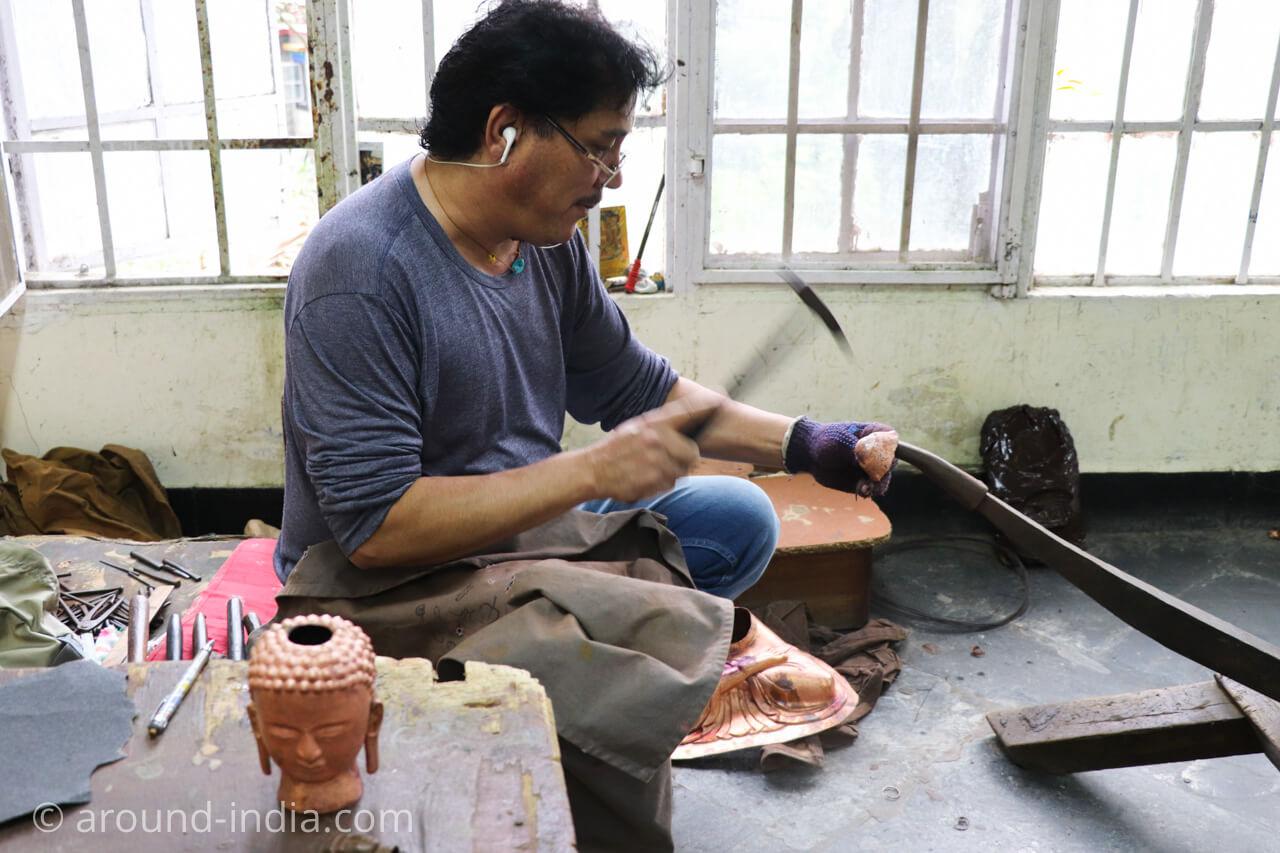 ダラムサラのノルブリンカチベット芸術 鍛造の仏像づくり