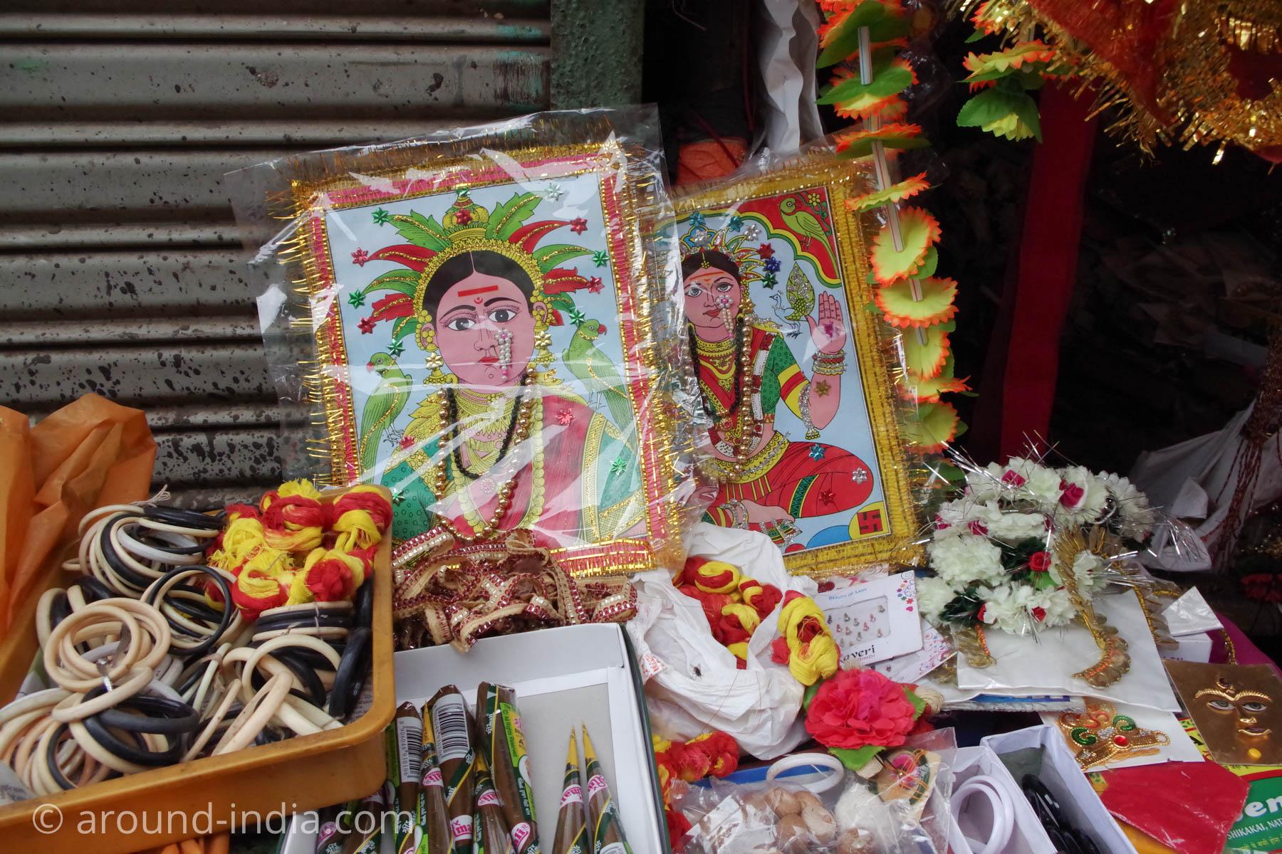 マハラシュトラ州のローカル神さま。ガネーシャの奥さんとのこと。