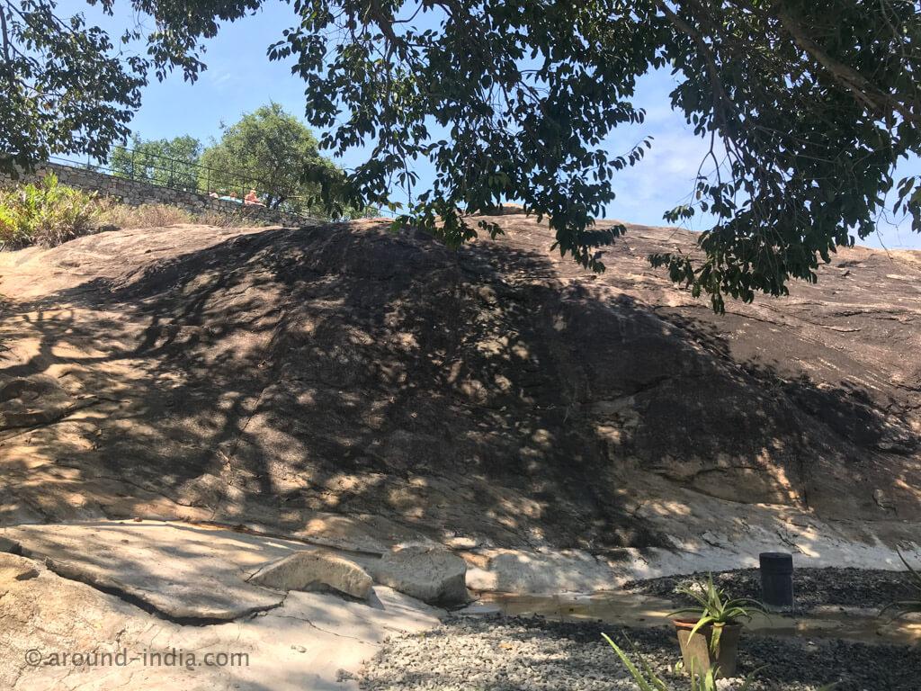 ヘリタンスカンダラマ インフィニティプールの後ろの岩