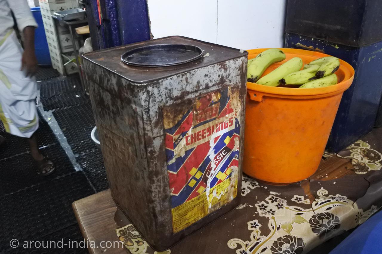 ケララ伝統料理食堂Onakkan Bharatiパパドの入った缶とバナナ
