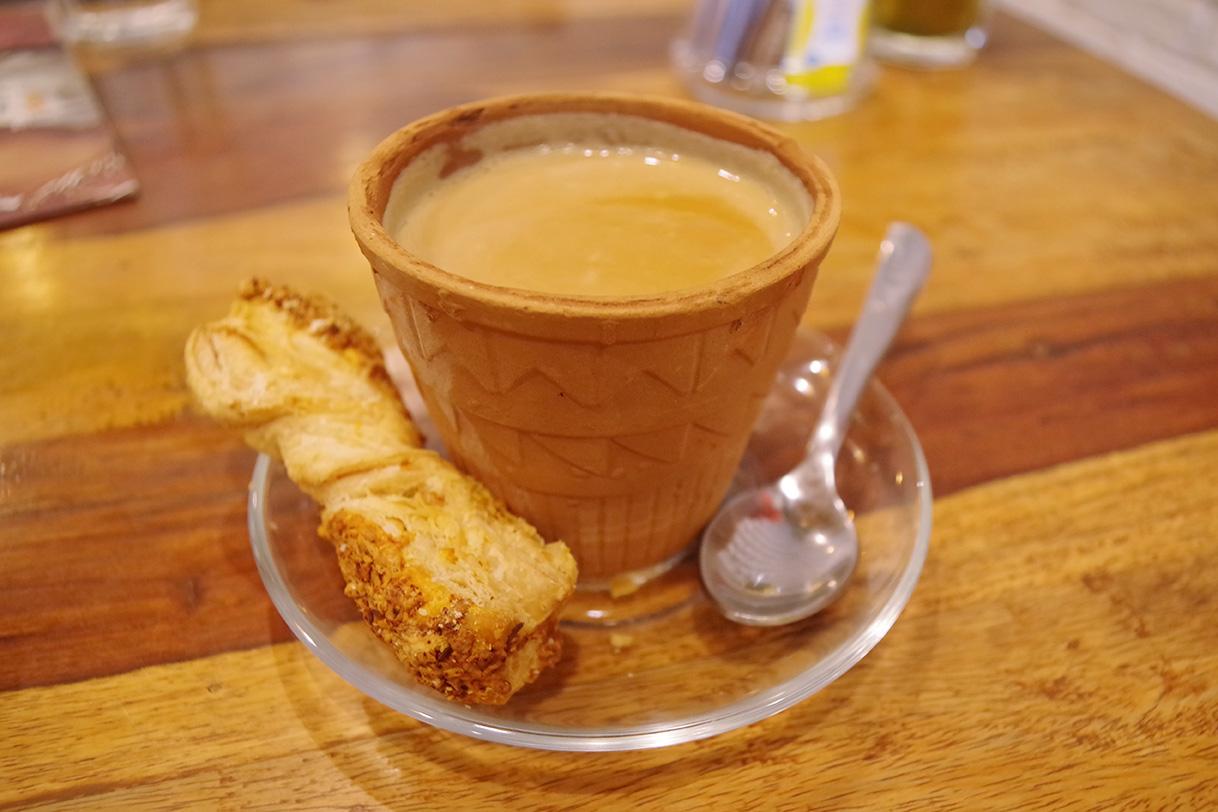 インドのティーチェーンTea trailsの素焼きカップに入ったKullad chai